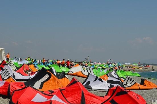 ritaglio kite a riposo sulla spiaggia del golfo di Sant'Eufemia