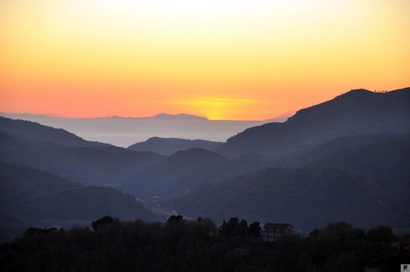 Da Scigliano si domina tutta la valle del Savuto e il suo sbocco sul mar Tirreno.