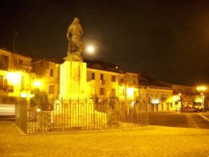 Monumento ai caduti di notte
